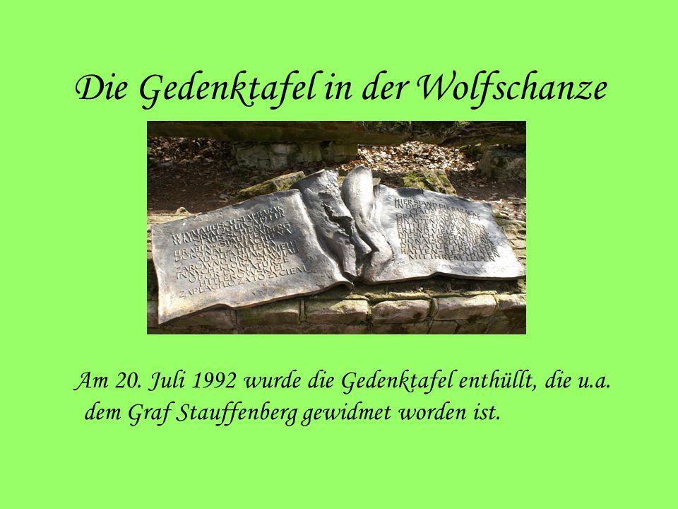 Die Gedenktafel in der Wolfschanze Am 20. Juli 1992 wurde die Gedenktafel enthüllt, die u.a. dem Graf Stauffenberg gewidmet worden ist.