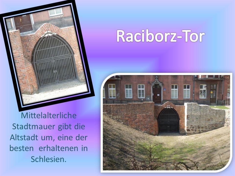 Mittelalterliche Stadtmauer gibt die Altstadt um, eine der besten erhaltenen in Schlesien.