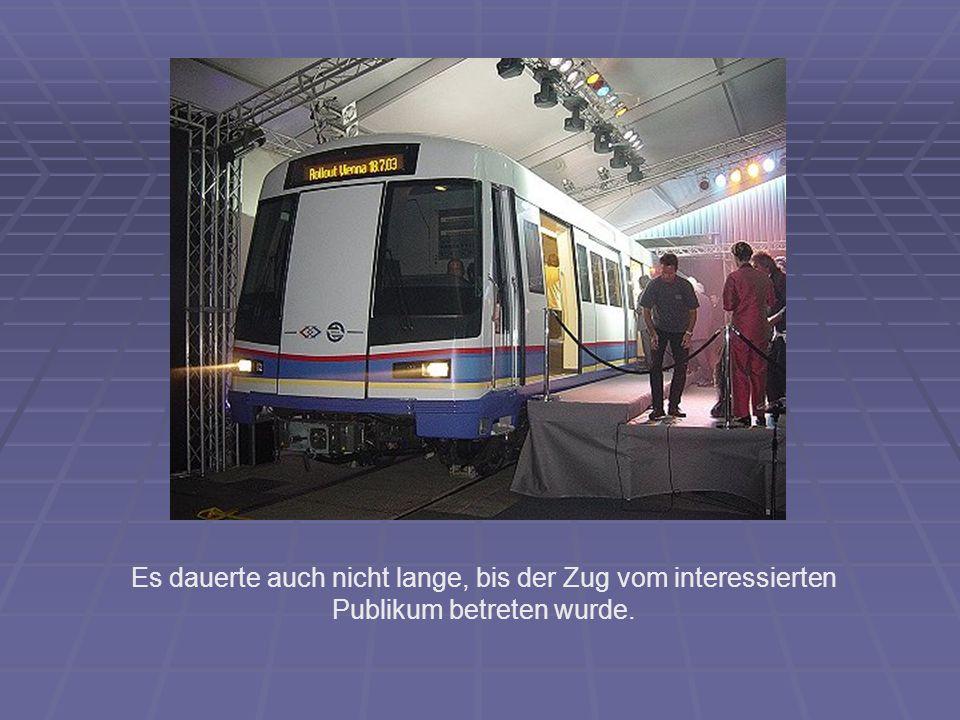 Es dauerte auch nicht lange, bis der Zug vom interessierten Publikum betreten wurde.