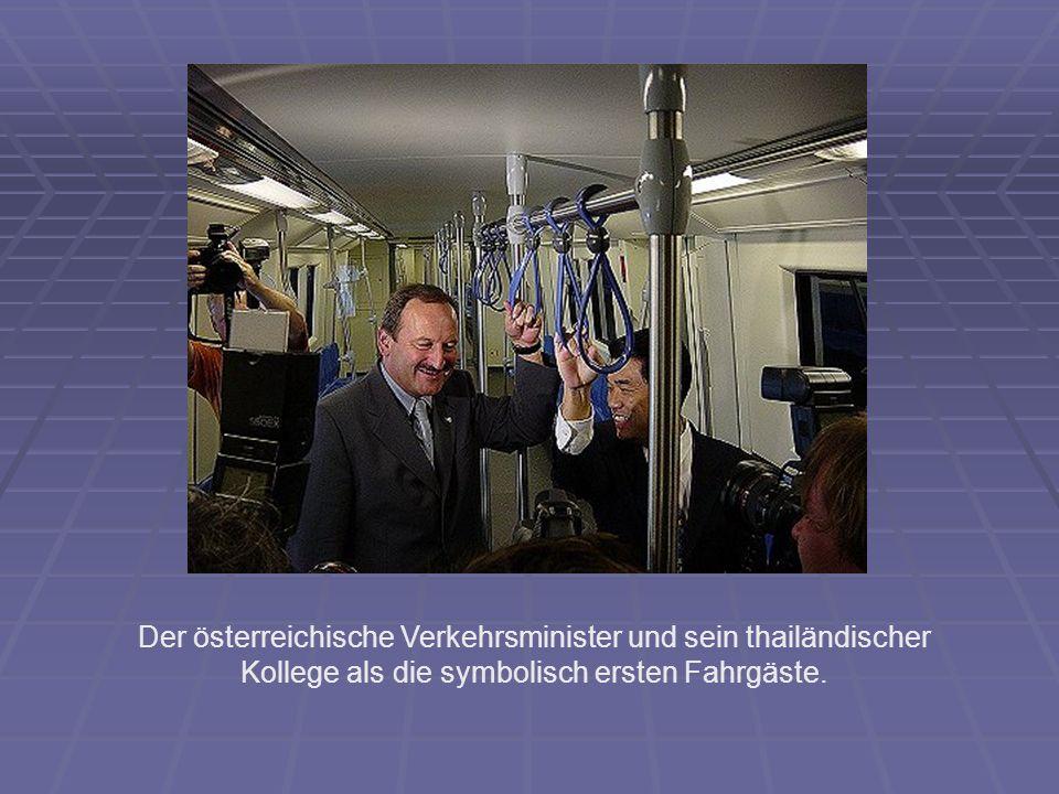 Der österreichische Verkehrsminister und sein thailändischer Kollege als die symbolisch ersten Fahrgäste.