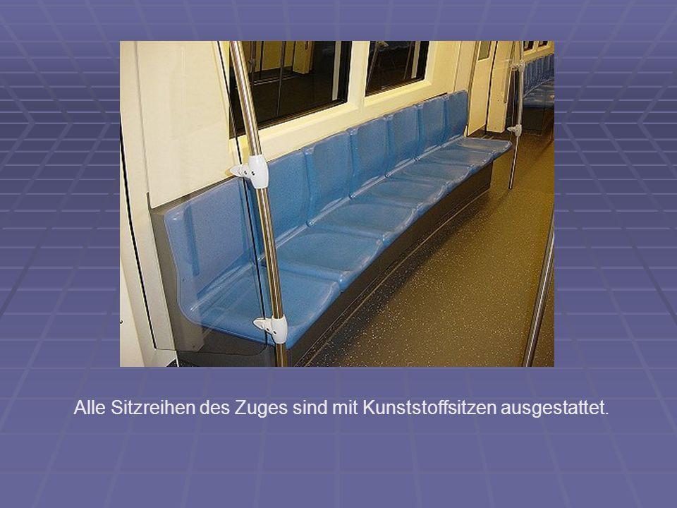Alle Sitzreihen des Zuges sind mit Kunststoffsitzen ausgestattet.
