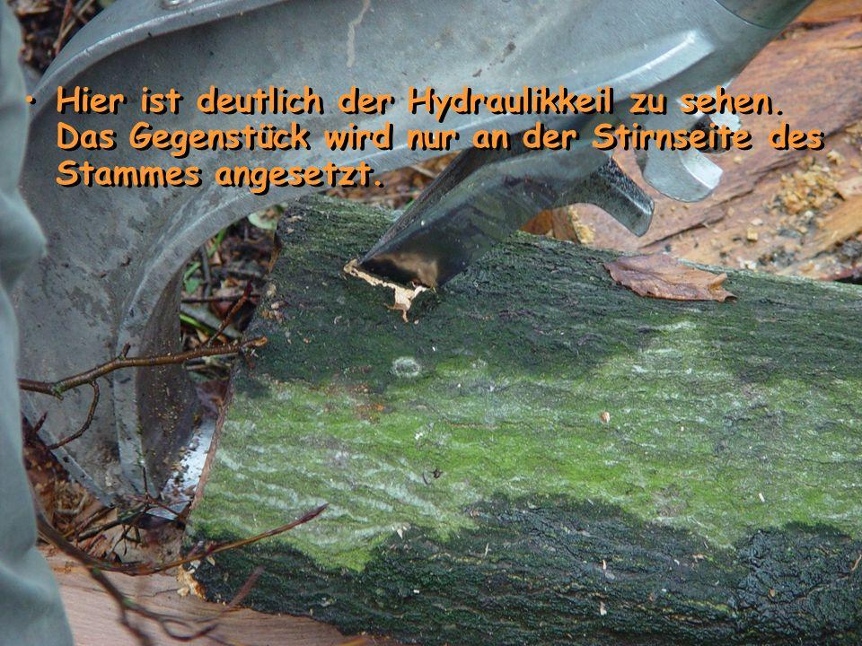 Hier ist deutlich der Hydraulikkeil zu sehen. Das Gegenstück wird nur an der Stirnseite des Stammes angesetzt.