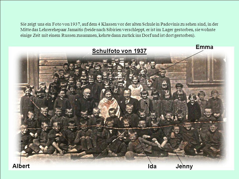 Sie zeigt uns ein Foto von 1937, auf dem 4 Klassen vor der alten Schule in Padovinis zu sehen sind, in der Mitte das Lehrerehepaar Jamaitis (beide nac
