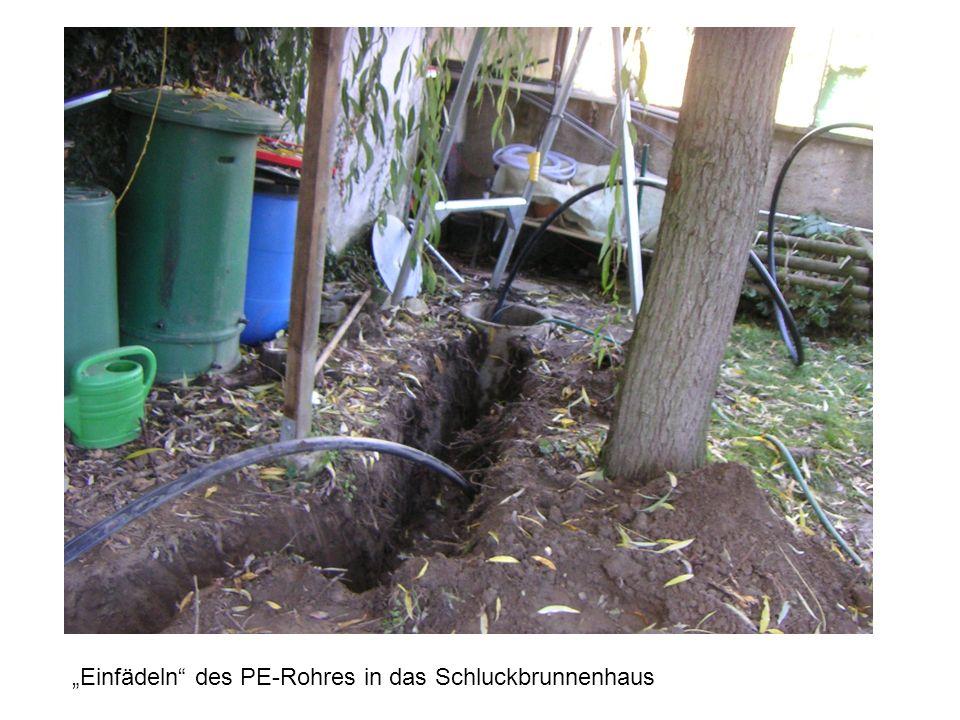 Einfädeln des PE-Rohres in das Schluckbrunnenhaus