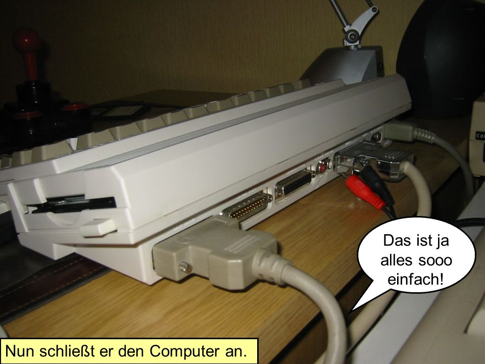 Nun schließt er den Computer an. Das ist ja alles sooo einfach!