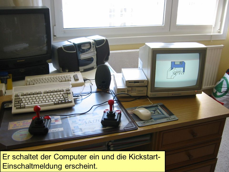 Er schaltet der Computer ein und die Kickstart- Einschaltmeldung erscheint.