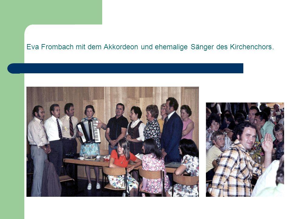 Eva Frombach mit dem Akkordeon und ehemalige Sänger des Kirchenchors.