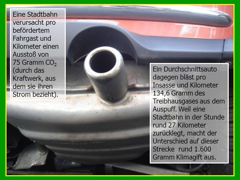 Ein Durchschnittsauto dagegen bläst pro Insasse und Kilometer 134,6 Gramm des Treibhausgases aus dem Auspuff. Weil eine Stadtbahn in der Stunde rund 2