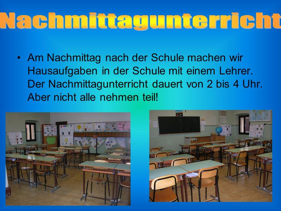 Am Nachmittag nach der Schule machen wir Hausaufgaben in der Schule mit einem Lehrer.