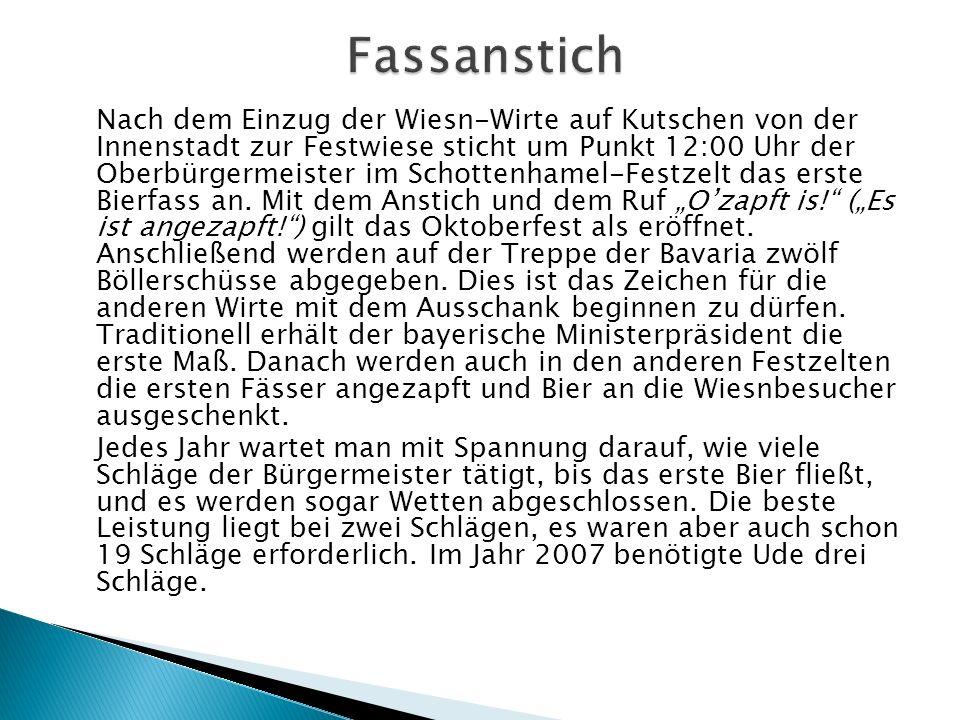 Nach dem Einzug der Wiesn-Wirte auf Kutschen von der Innenstadt zur Festwiese sticht um Punkt 12:00 Uhr der Oberbürgermeister im Schottenhamel-Festzel