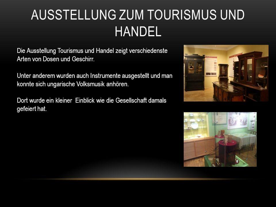 AUSSTELLUNG ZUM TOURISMUS UND HANDEL Die Ausstellung Tourismus und Handel zeigt verschiedenste Arten von Dosen und Geschirr.