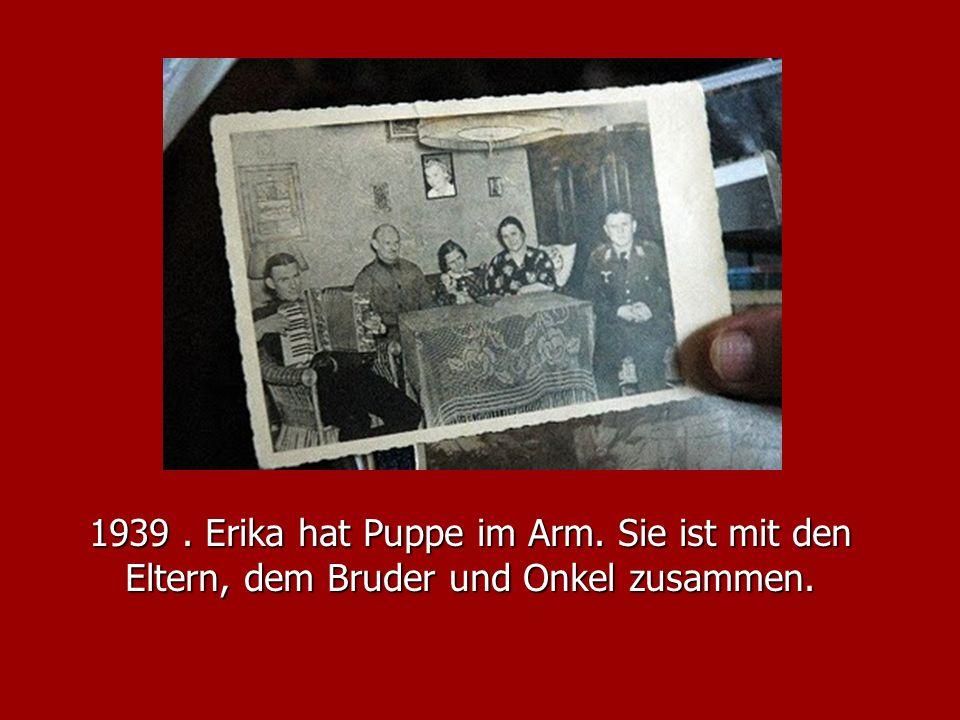1939. Erika hat Puppe im Arm. Sie ist mit den Eltern, dem Bruder und Onkel zusammen.