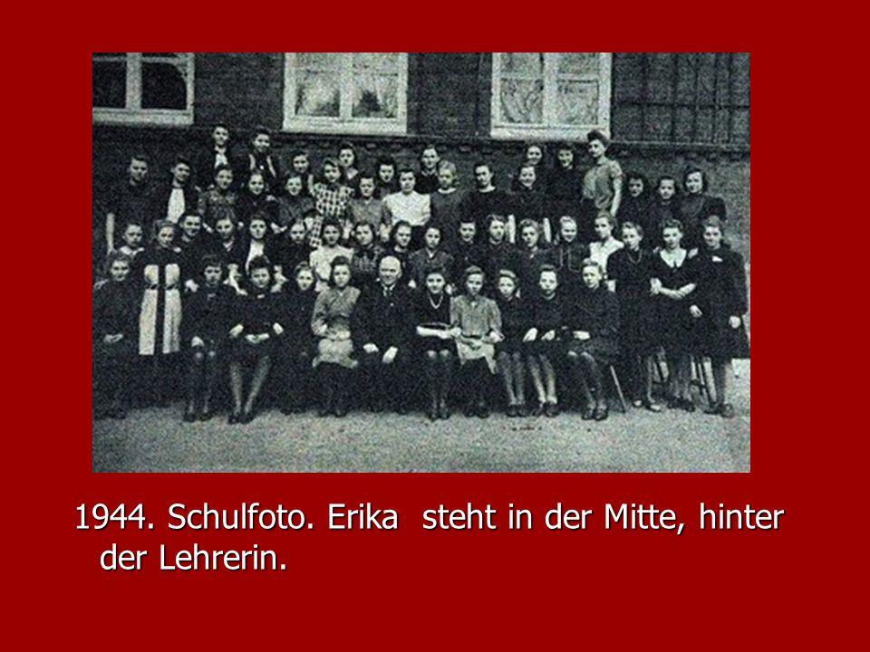 1944. Schulfoto. Erika steht in der Mitte, hinter der Lehrerin. 1944. Schulfoto. Erika steht in der Mitte, hinter der Lehrerin.