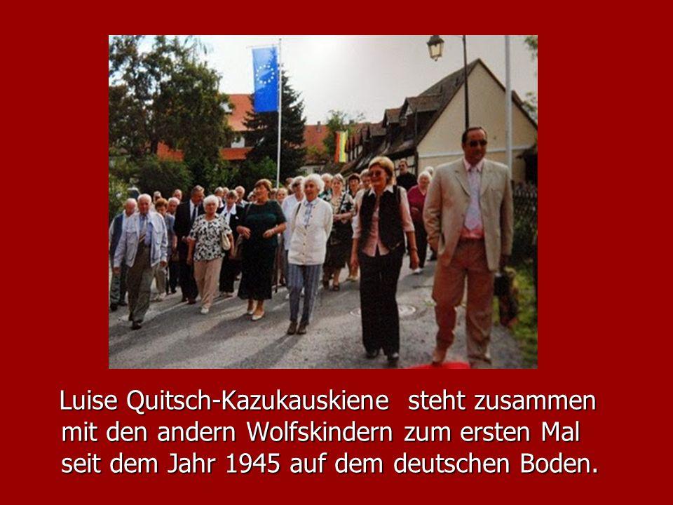 Luise Quitsch-Kazukauskiene steht zusammen mit den andern Wolfskindern zum ersten Mal seit dem Jahr 1945 auf dem deutschen Boden. Luise Quitsch-Kazuka