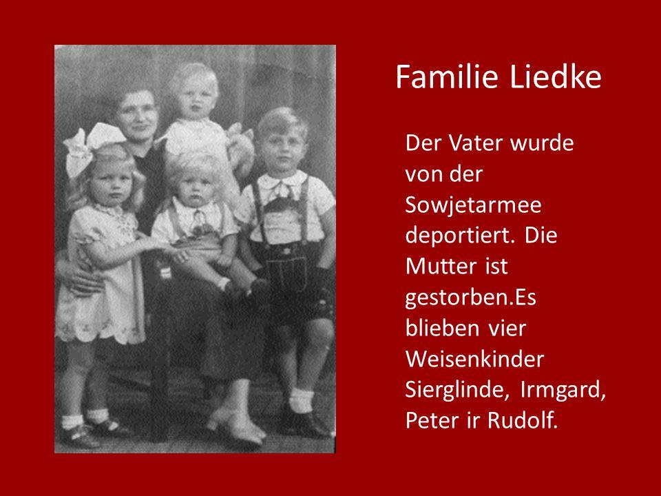 Der Vater wurde von der Sowjetarmee deportiert. Die Mutter ist gestorben.Es blieben vier Weisenkinder Sierglinde, Irmgard, Peter ir Rudolf. Familie Li