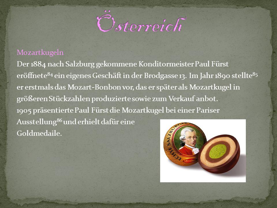 Kaiserschmarrn ist ein Pfannkuchen aus Mehl, Milch, Eiern und etwas Zucker und Salz oft auch mit Rosinen.
