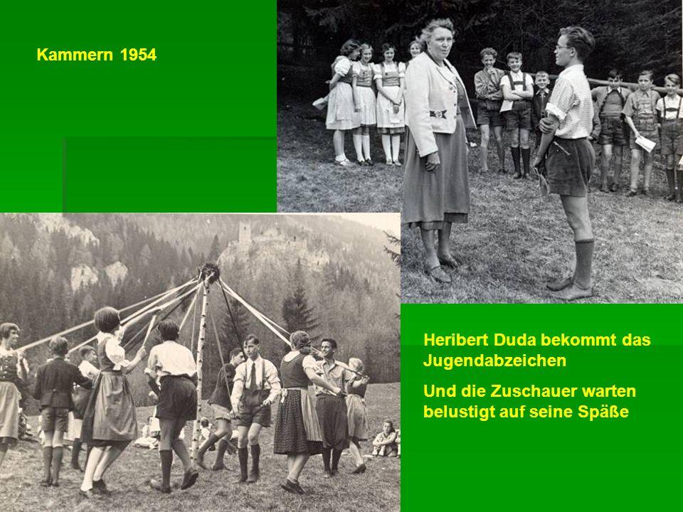 Heribert Duda bekommt das Jugendabzeichen Und die Zuschauer warten belustigt auf seine Späße Kammern 1954