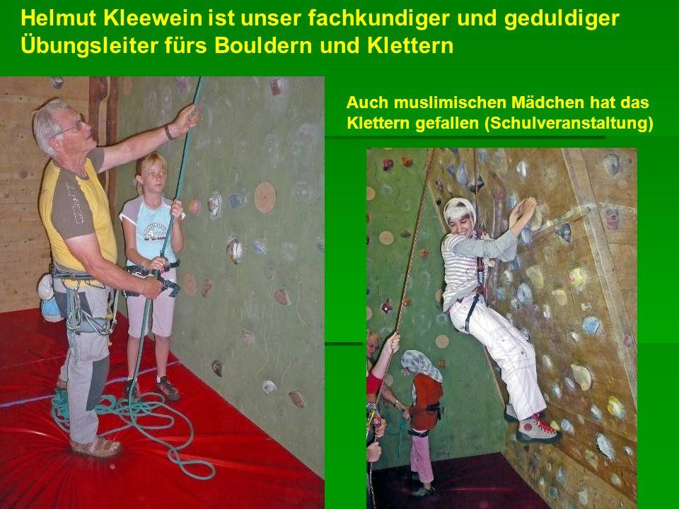Helmut Kleewein ist unser fachkundiger und geduldiger Übungsleiter fürs Bouldern und Klettern Auch muslimischen Mädchen hat das Klettern gefallen (Sch