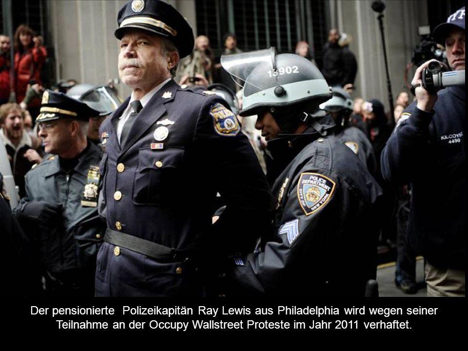 Der pensionierte Polizeikapitän Ray Lewis aus Philadelphia wird wegen seiner Teilnahme an der Occupy Wallstreet Proteste im Jahr 2011 verhaftet.