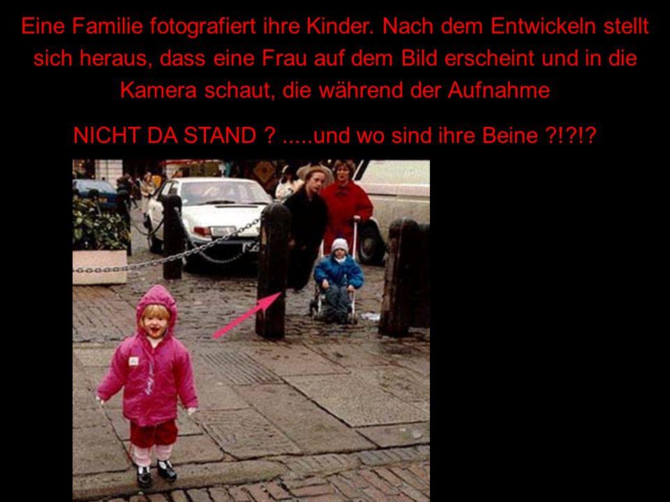 Eine Familie fotografiert ihre Kinder. Nach dem Entwickeln stellt sich heraus, dass eine Frau auf dem Bild erscheint und in die Kamera schaut, die wäh