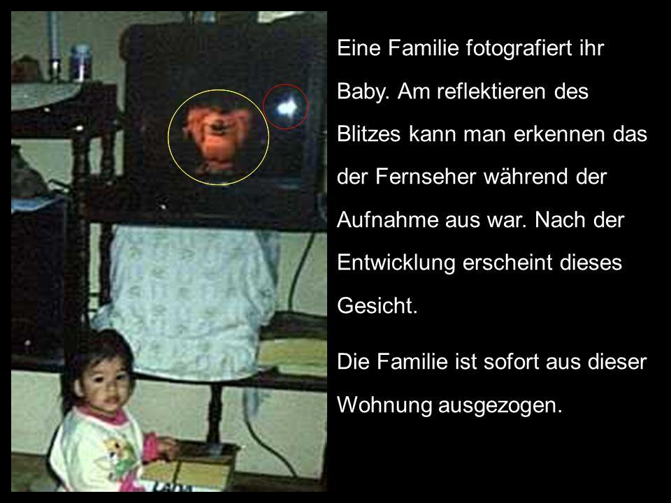 Eine Familie fotografiert ihr Baby. Am reflektieren des Blitzes kann man erkennen das der Fernseher während der Aufnahme aus war. Nach der Entwicklung