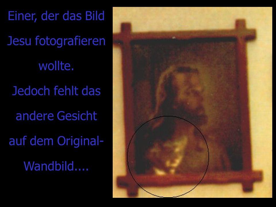 Einer, der das Bild Jesu fotografieren wollte. Jedoch fehlt das andere Gesicht auf dem Original- Wandbild....