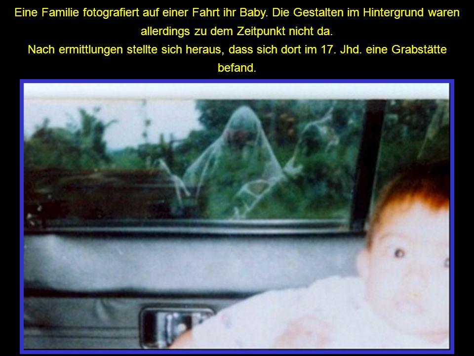 Eine Familie fotografiert auf einer Fahrt ihr Baby. Die Gestalten im Hintergrund waren allerdings zu dem Zeitpunkt nicht da. Nach ermittlungen stellte