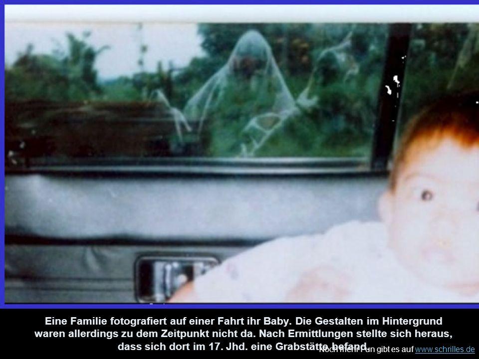 Noch mehr Fun gibt es auf www.schrilles.dewww.schrilles.de Eine Familie fotografiert auf einer Fahrt ihr Baby. Die Gestalten im Hintergrund waren alle