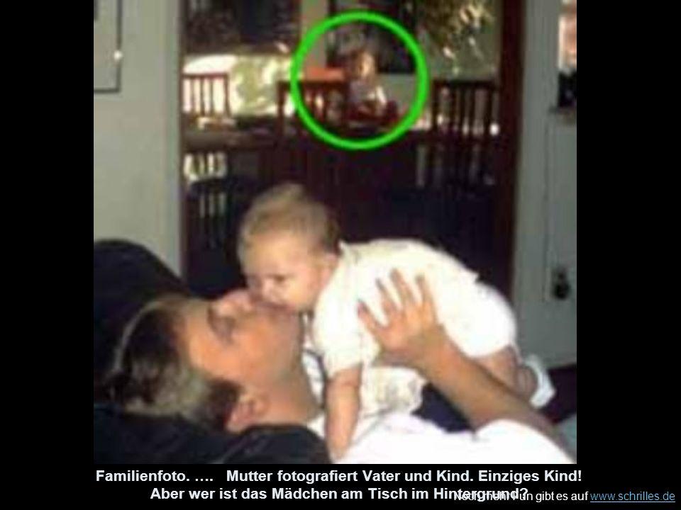 Noch mehr Fun gibt es auf www.schrilles.dewww.schrilles.de Familienfoto. …. Mutter fotografiert Vater und Kind. Einziges Kind! Aber wer ist das Mädche
