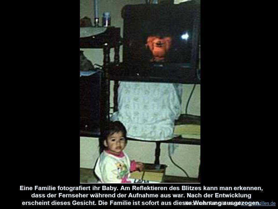 Noch mehr Fun gibt es auf www.schrilles.dewww.schrilles.de Eine Familie fotografiert ihr Baby. Am Reflektieren des Blitzes kann man erkennen, dass der