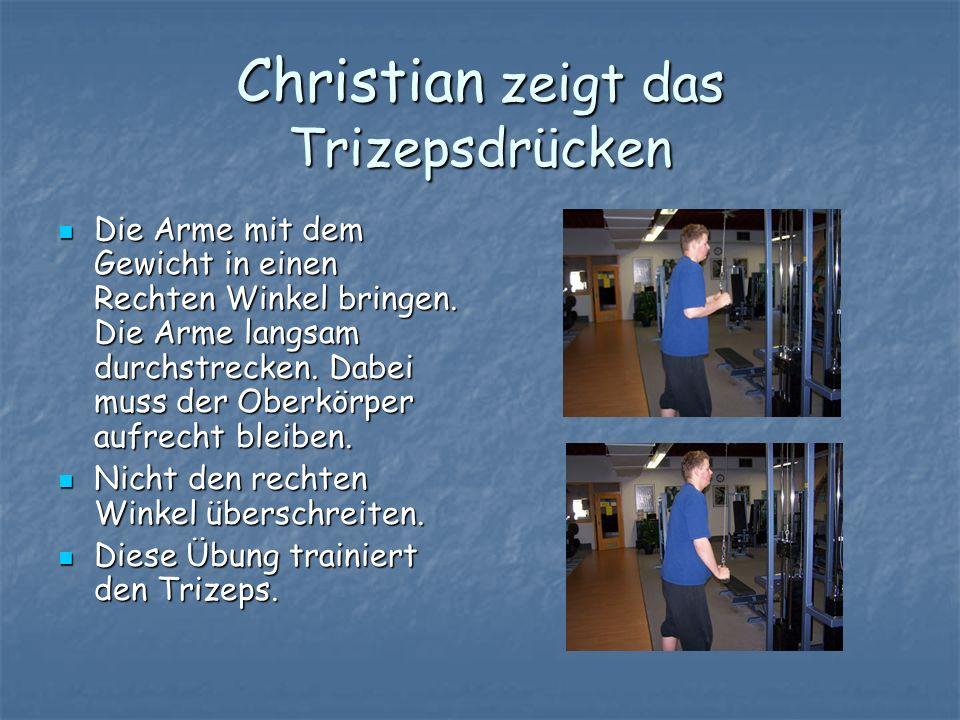 Christian zeigt das Trizepsdrücken Die Arme mit dem Gewicht in einen Rechten Winkel bringen. Die Arme langsam durchstrecken. Dabei muss der Oberkörper