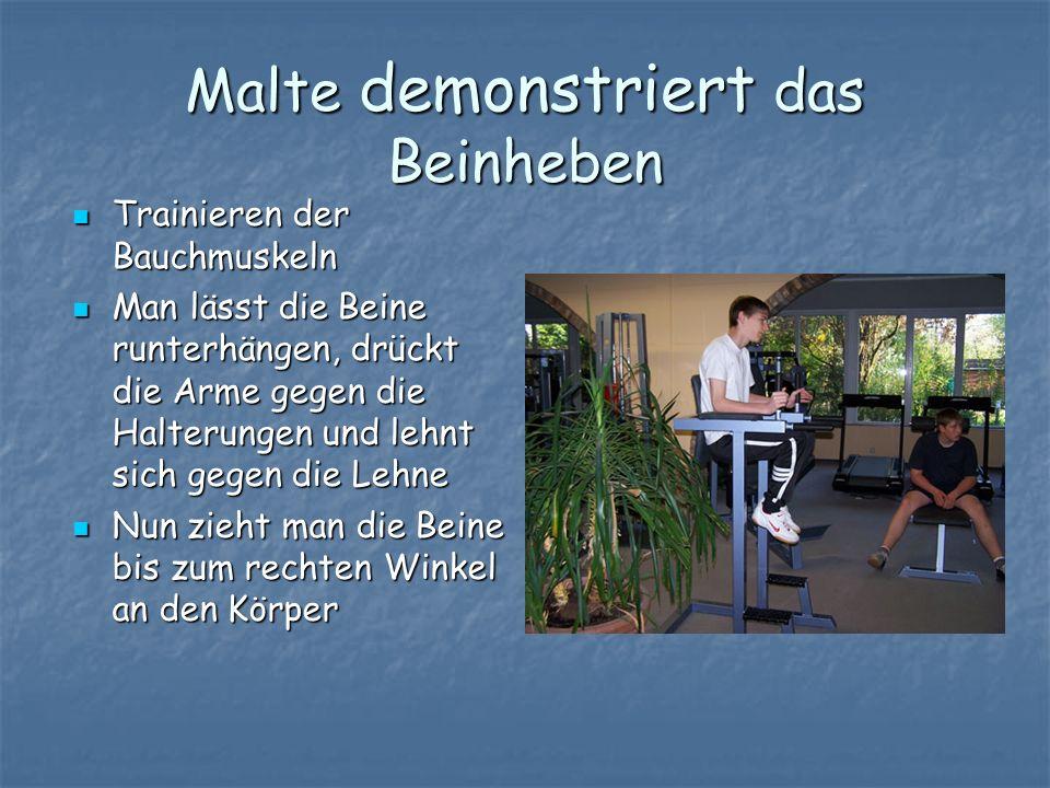 Malte demonstriert das Beinheben Trainieren der Bauchmuskeln Trainieren der Bauchmuskeln Man lässt die Beine runterhängen, drückt die Arme gegen die H