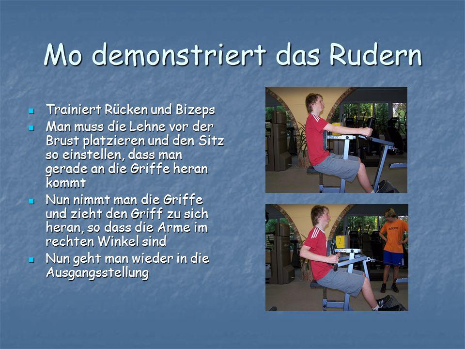 Mo demonstriert das Rudern Trainiert Rücken und Bizeps Trainiert Rücken und Bizeps Man muss die Lehne vor der Brust platzieren und den Sitz so einstel
