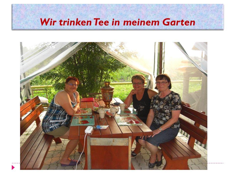 Wir trinken Tee in meinem Garten