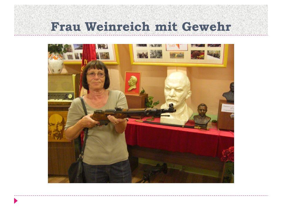 Frau Weinreich mit Gewehr