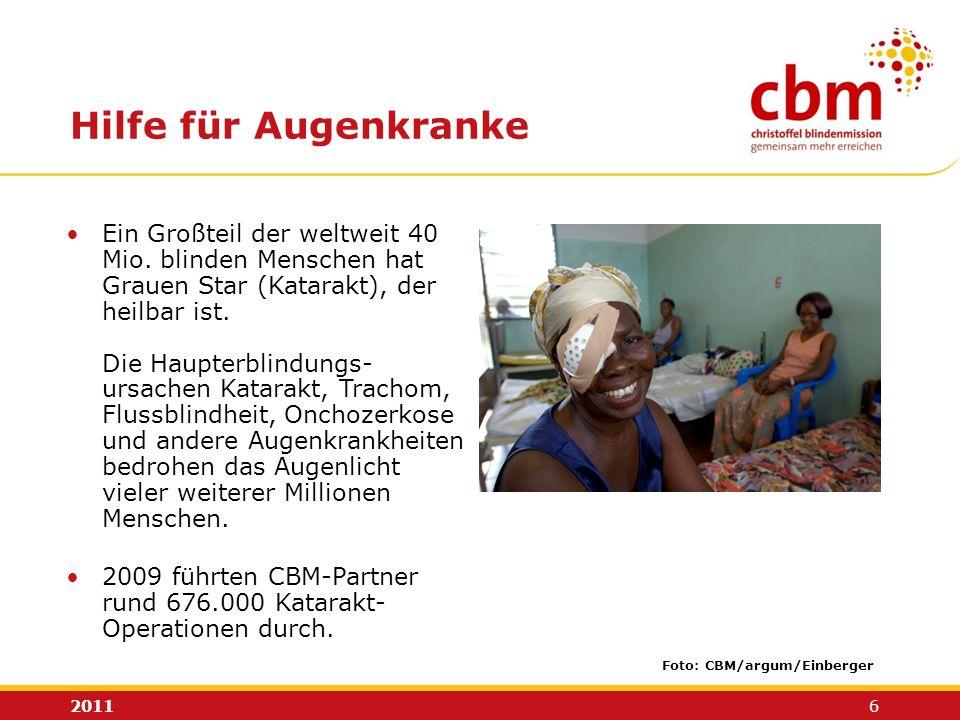2011 6 Hilfe für Augenkranke Ein Großteil der weltweit 40 Mio. blinden Menschen hat Grauen Star (Katarakt), der heilbar ist. Die Haupterblindungs- urs