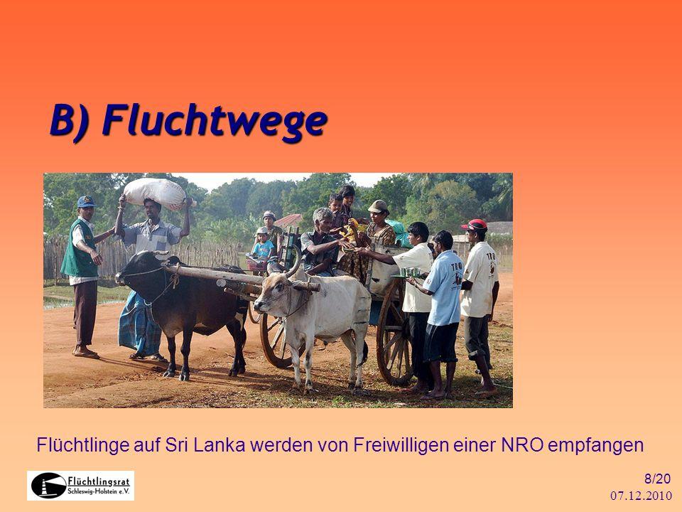 07.12.2010 8/20 B) Fluchtwege Flüchtlinge auf Sri Lanka werden von Freiwilligen einer NRO empfangen