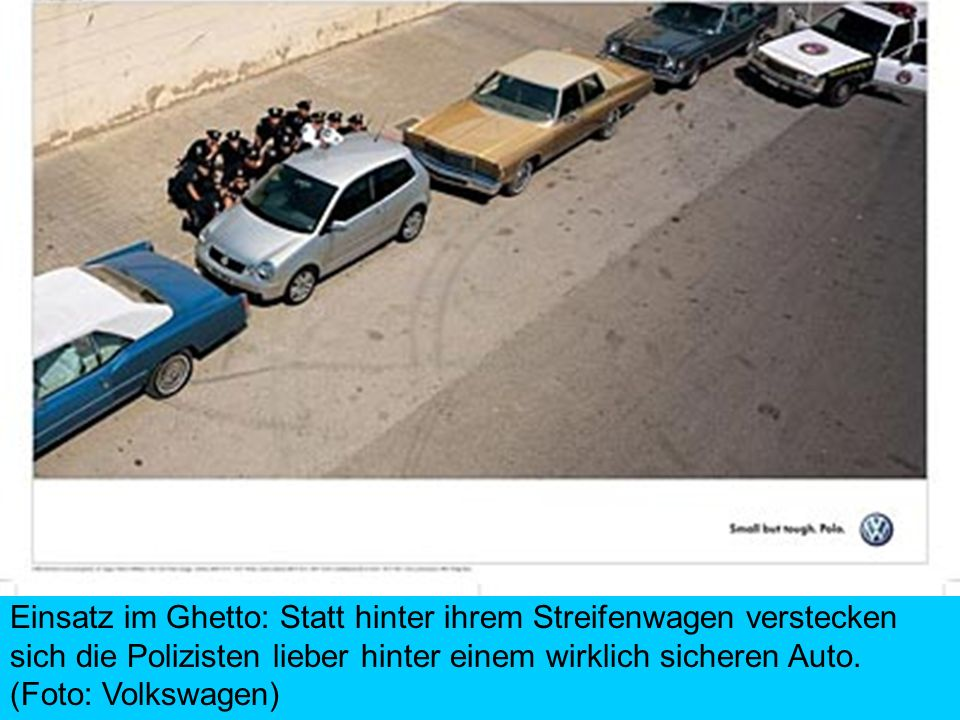Einsatz im Ghetto: Statt hinter ihrem Streifenwagen verstecken sich die Polizisten lieber hinter einem wirklich sicheren Auto. (Foto: Volkswagen)