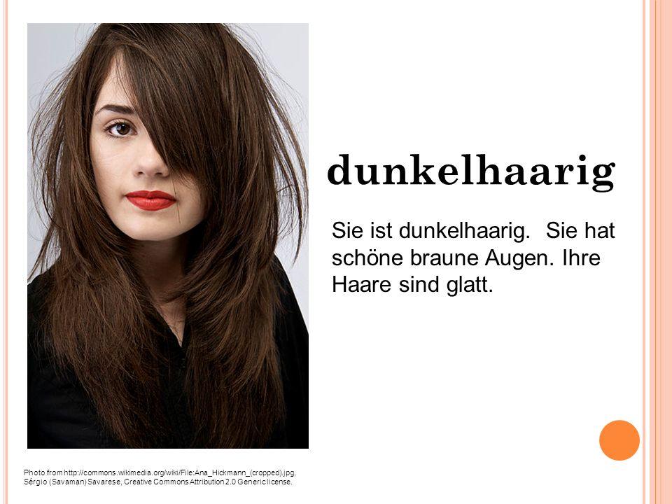 Sie hat glatte Haare lange, schwarze, glatte Haare.