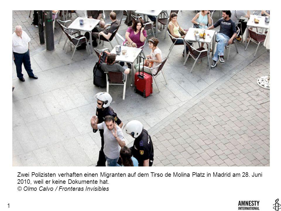 1 Zwei Polizisten verhaften einen Migranten auf dem Tirso de Molina Platz in Madrid am 28.