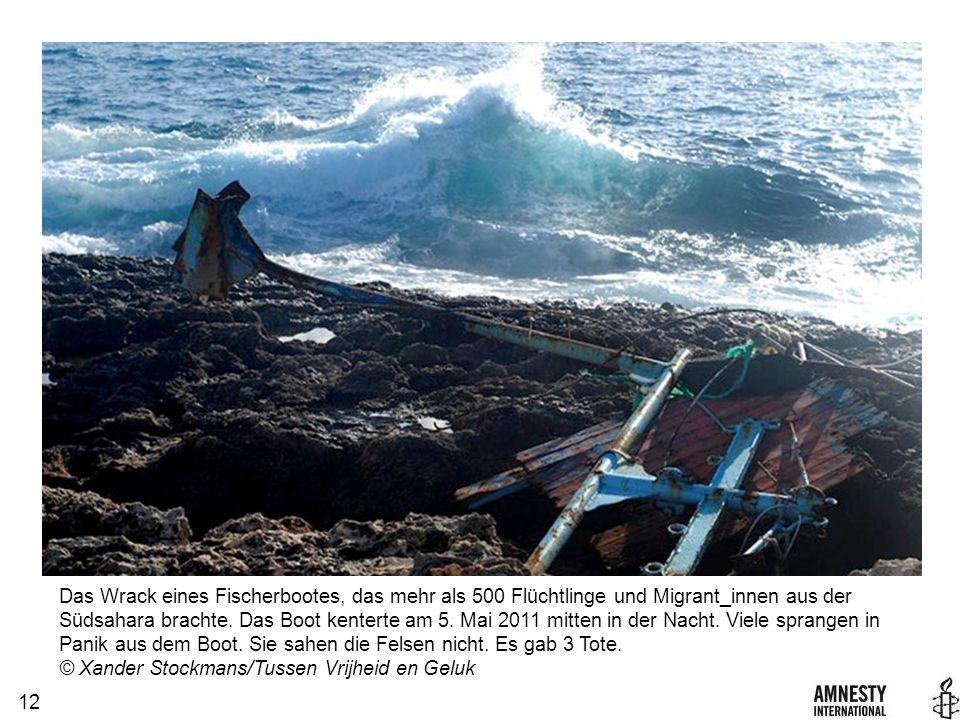 12 Das Wrack eines Fischerbootes, das mehr als 500 Flüchtlinge und Migrant_innen aus der Südsahara brachte.