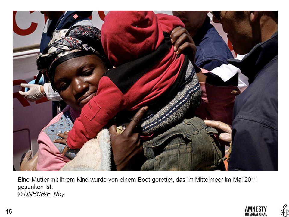 15 Eine Mutter mit ihrem Kind wurde von einem Boot gerettet, das im Mittelmeer im Mai 2011 gesunken ist.