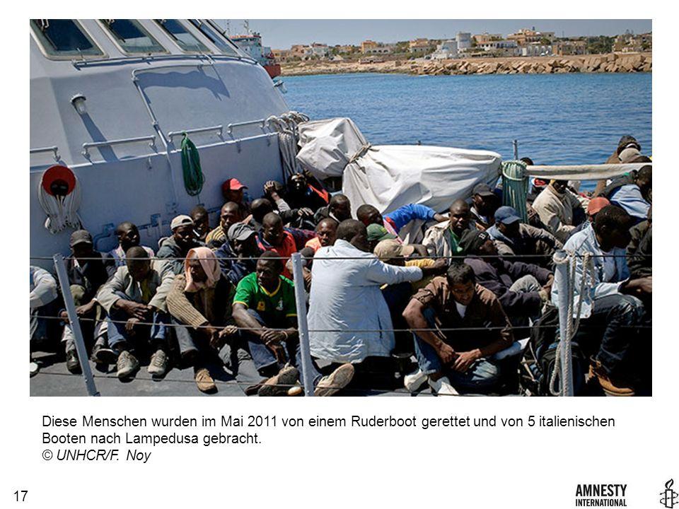 17 Diese Menschen wurden im Mai 2011 von einem Ruderboot gerettet und von 5 italienischen Booten nach Lampedusa gebracht.