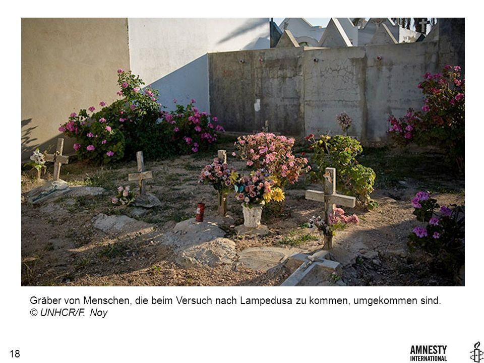 18 Gräber von Menschen, die beim Versuch nach Lampedusa zu kommen, umgekommen sind. © UNHCR/F. Noy