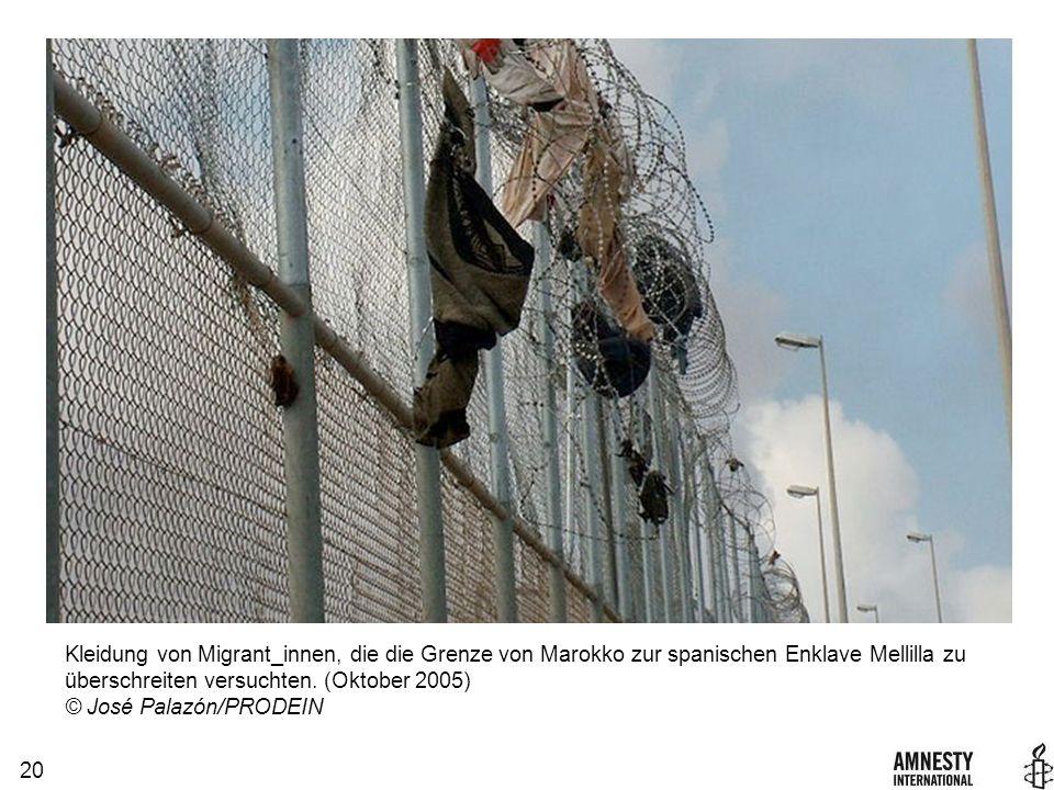 20 Kleidung von Migrant_innen, die die Grenze von Marokko zur spanischen Enklave Mellilla zu überschreiten versuchten.