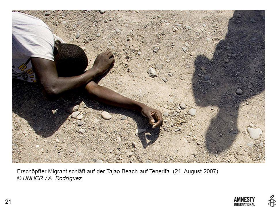 21 Erschöpfter Migrant schläft auf der Tajao Beach auf Tenerifa.