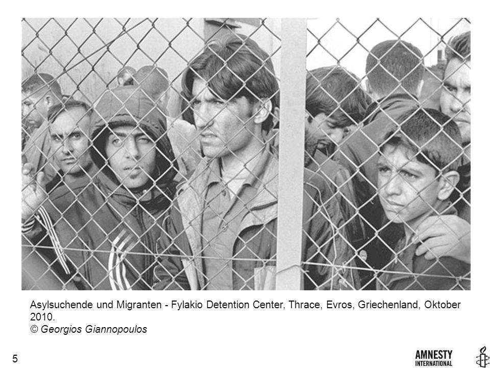 16 Taucher der italienischen Küstenwache (unten links) retten Migrant_innen in Pantalleria, Italien am 13.