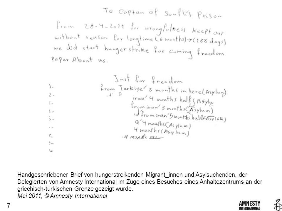 7 Handgeschriebener Brief von hungerstreikenden Migrant_innen und Asylsuchenden, der Delegierten von Amnesty International im Zuge eines Besuches eines Anhaltezentrums an der griechisch-türkischen Grenze gezeigt wurde.