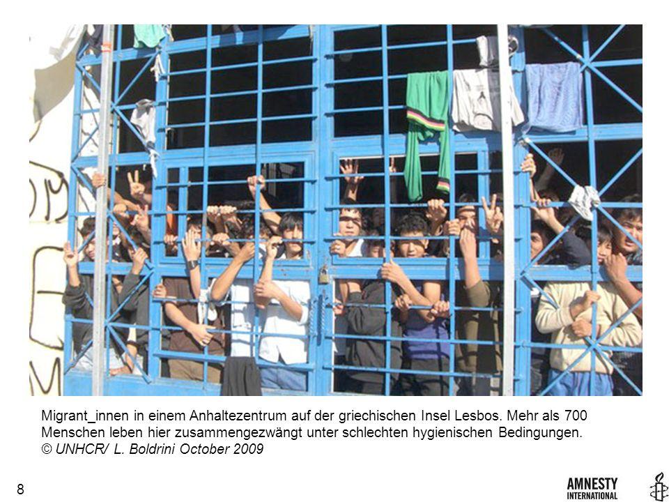 8 Migrant_innen in einem Anhaltezentrum auf der griechischen Insel Lesbos.
