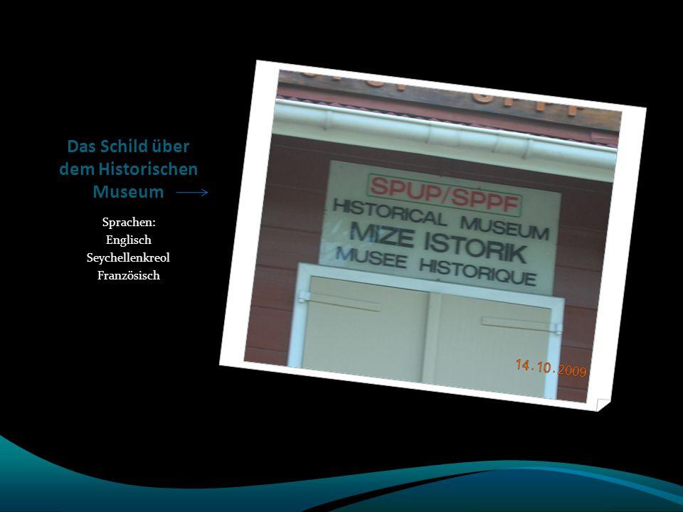 Das Schild über dem Historischen Museum Sprachen: Englisch Seychellenkreol Französisch